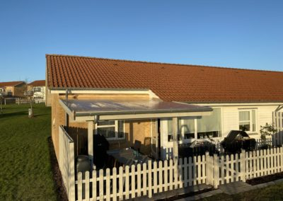 Overdækket terrasse med termoplader. Samt hegn